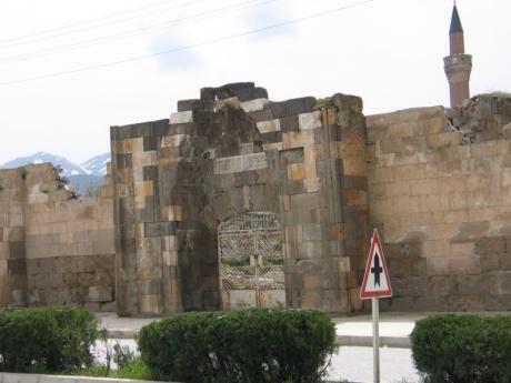 Sultandağı Kervansarayı, İshaklı