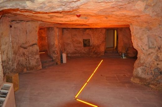 Merkezin yan tarafından girilen yapıya ait mağara sergi alanı olarak kullanılıyor