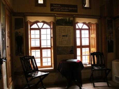 Metin Sözen Eğitim ve Kültür Merkezi'nin bir odası Metin Sözen'in kişisel tarihini yansıtıyor...