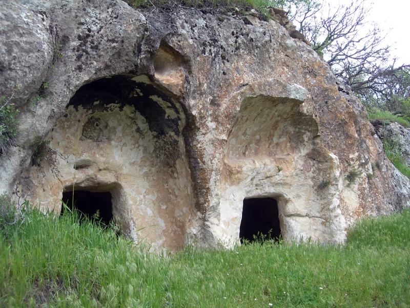 Kaya mezarları ve yüzlerce yıllık sakız ağaçlarıyla tarihi bir köy